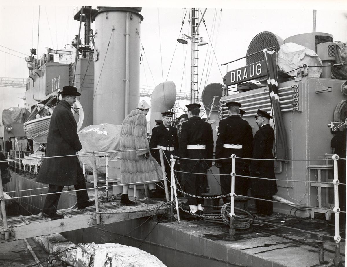 """Overtakelsen av River-kl.fregatt KNM """"Draug"""", ex. HMCS Pentang. Ambassadør Arne Gunneng og frue kommer om bord etter overtakelsen."""