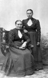 Kristine Hval (foran) og Mina Hval. Hval gård. Mina bodde på