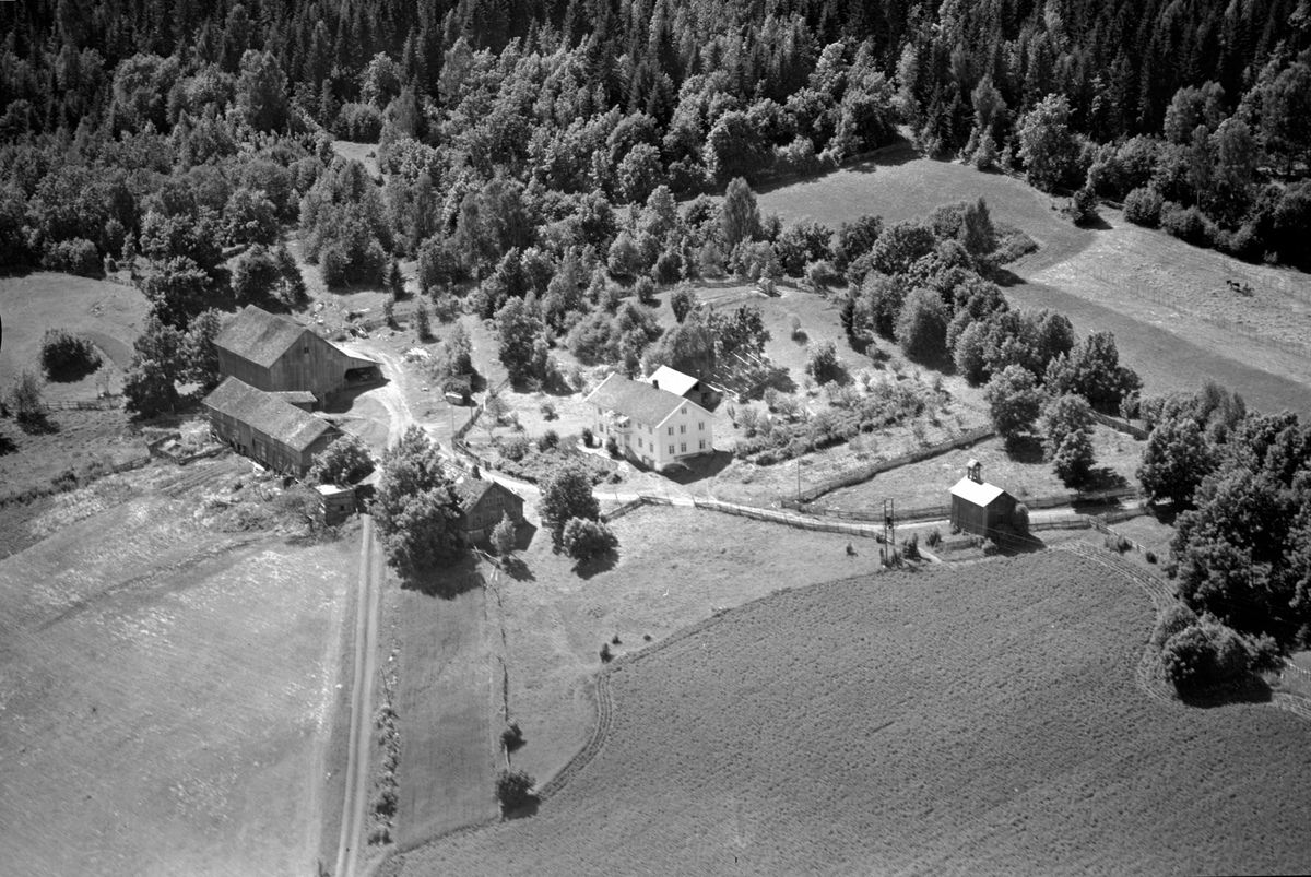 Flyfoto av Bangsberg gard, Nes, Ringsaker.