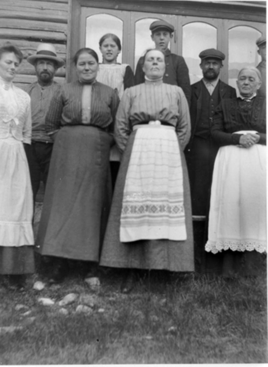 """Nysætra, utenfor Werenskjold villaen i 1911. Bakerst fra venstre er Marie og Per Lier. Første rekke fra venstre er Oline Finstad, Ole """"stallkar"""", ukjent, Mathilde Johansen, ukjent, Anne Lier."""
