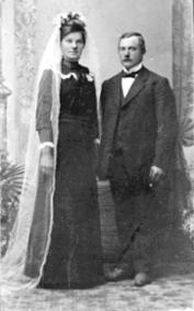BRUDEFOTO, ANNE FØDT: SKÅLERUD, KRISTIAN LILLEHAGEN FØDT: 1888, LILLEHAGEN AV INGVOLDSTAD, BRUDEKJOLE