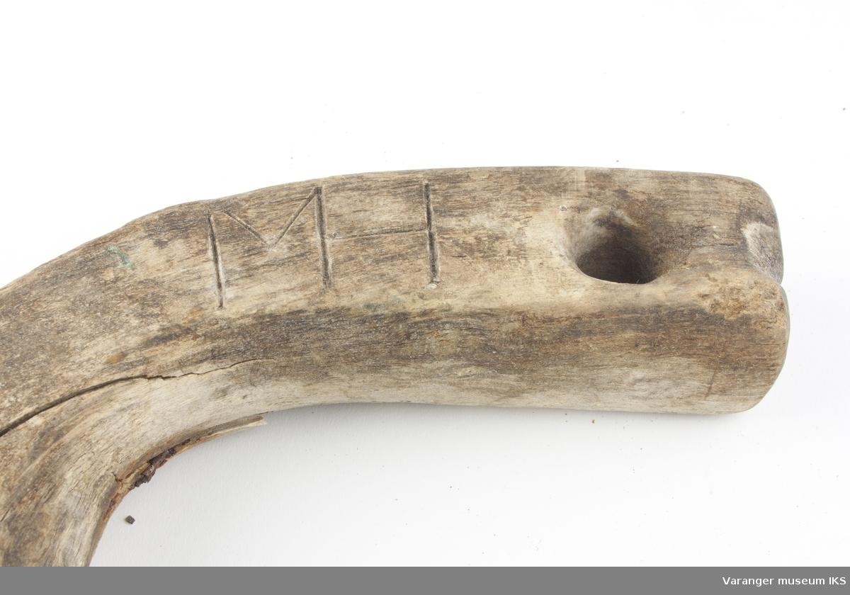 Hesteskoformet rakke. Emne av krokvokst tre. Skade på midten har vært reparert med 4 stk. jernspiker.