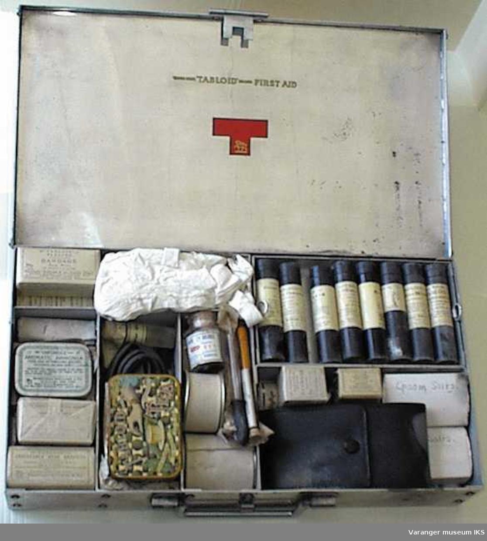 Innhold:4 tuber, 7 ampuller/flasker, 11 pillebokser, 18 bandasjer, 21 div. Form: Firkantet.