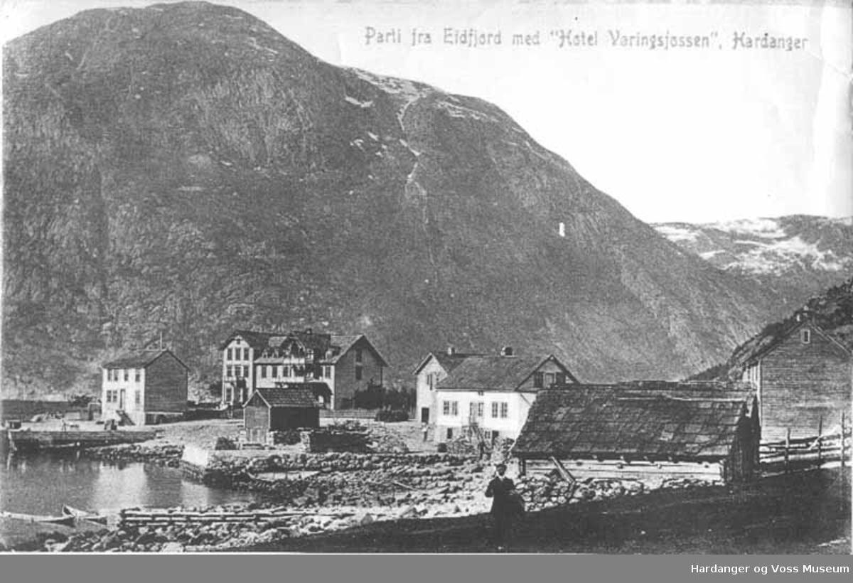 Postkort, mann, hus, hotell, kai, båter, fjell, fjord, vatn. Vik i Eidfjord
