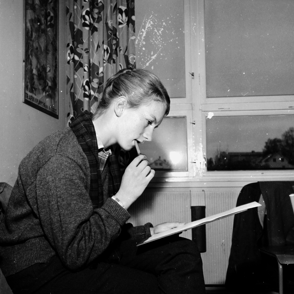 INGER JOHANNE JØRPELAND STUDERER OPPGAVENE UNDER FØRERPRØVEN HOS STATENS BILSAKKYNDIGE I HAMAR. (HS 31. OKTOBER 1959) STED:BILTILSYNET KOMMUNE:HAMAR DATO:??. 10. 1959 FOTO:EGIL M. KRISTIANSEN