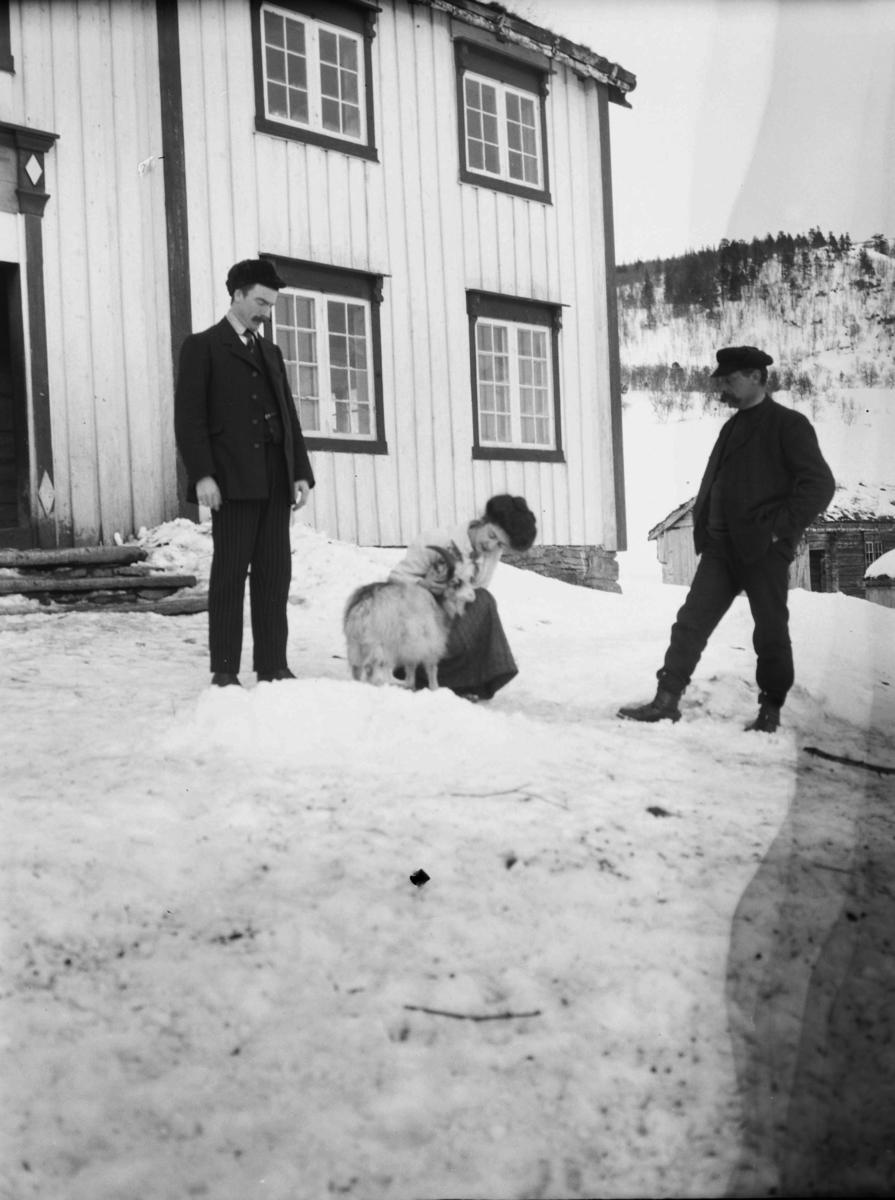 Songli. Matty Christiansen med to menn og en geitebukk på tunet til den østre og eldste delen av gårdene.