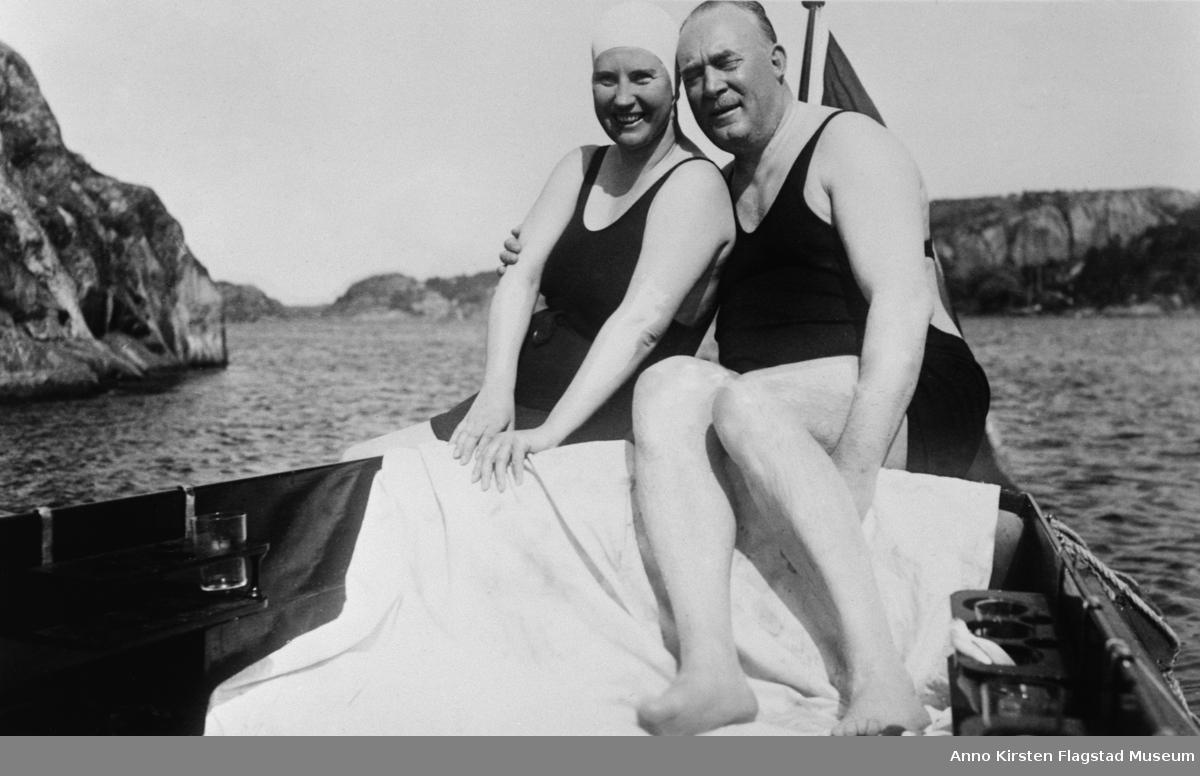 """Kirsten Flagstad og ektemannen Henry Johansen i """"Nuri"""" utenfor Strømstad, Sverige, sommeren 1936. Kirsten Flagstad and her husband Henry Johansen on board """"Nuri"""" outside Strømstad, Sverige, summer 1936."""