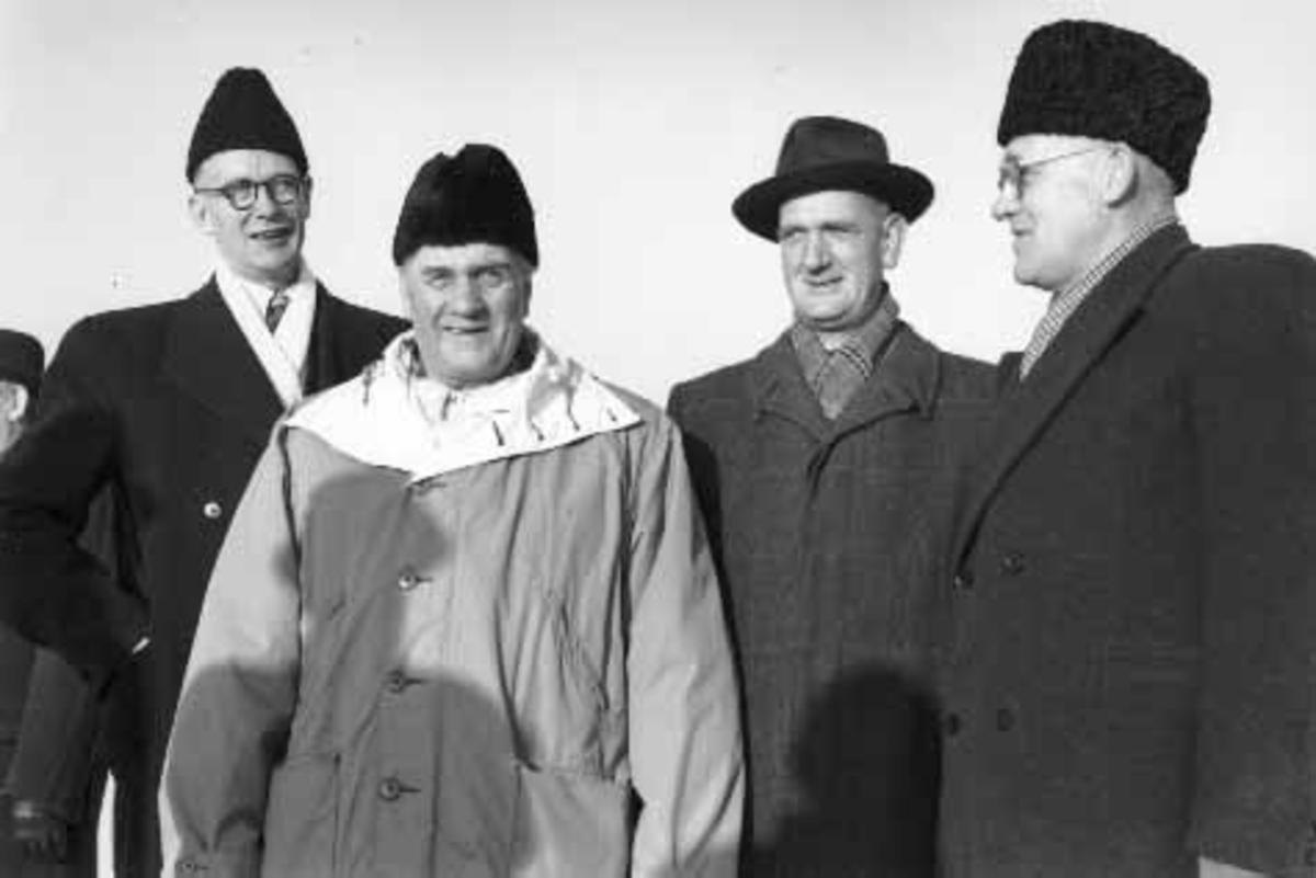 Hamar flyplass, Stafsberg, åpningsdagen 17.11.1950. T. v. ordfører Erling Audensen (1894-1978), rådmann Sigurd Pedersen (1893-1968), de andre ukjente.