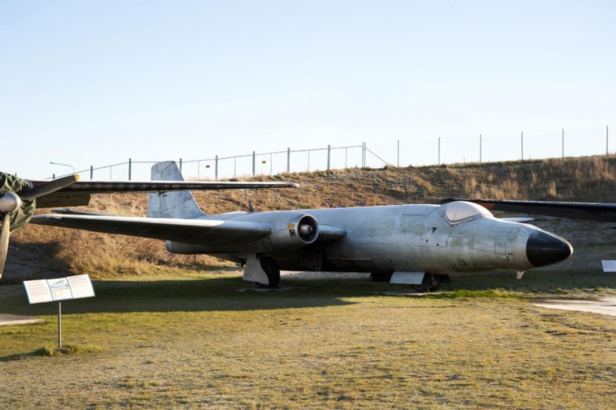 Fpl-nr: 52002 (F 8-02). Flygplan English Electric Canberra B.2, Tp 52. Tvåsitsigt laboratorie- och signalspaningsflygplan med två turbojetmotorer Rolls Royce RA.3, RM 3A, motorer.