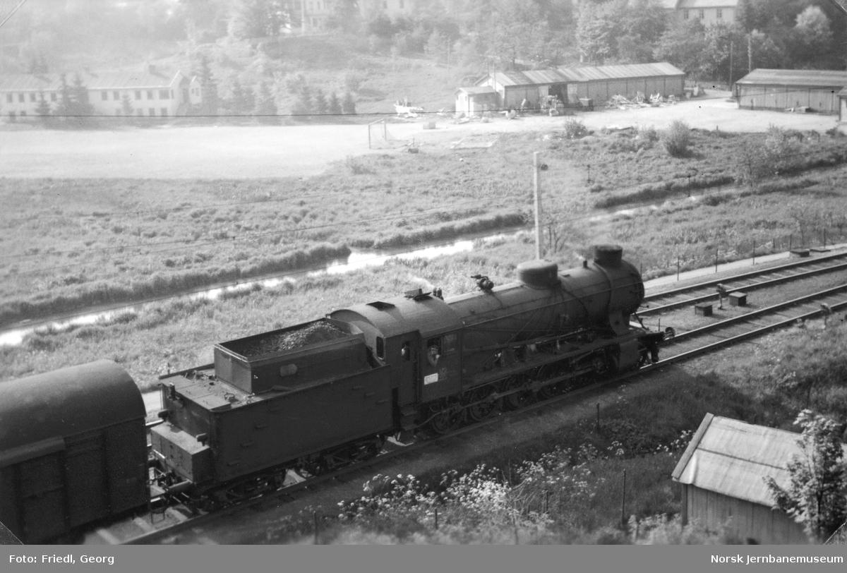 Damplokomotiv type 39a nr. 170 foran godstog til Voss på Minde stasjon