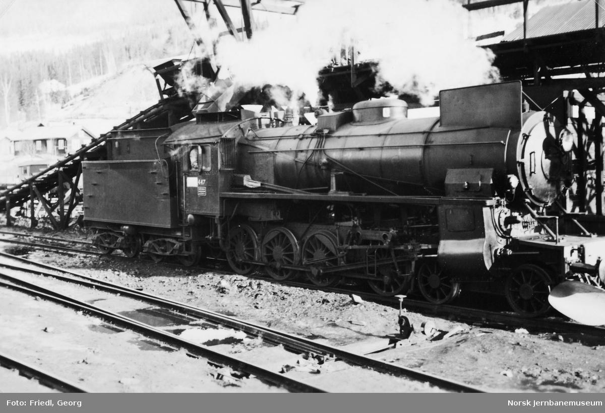Damplokomotiv type 31b nr. 447 ved kullbukken på Ål stasjon etter å ha trukket bergenstoget fra Oslo