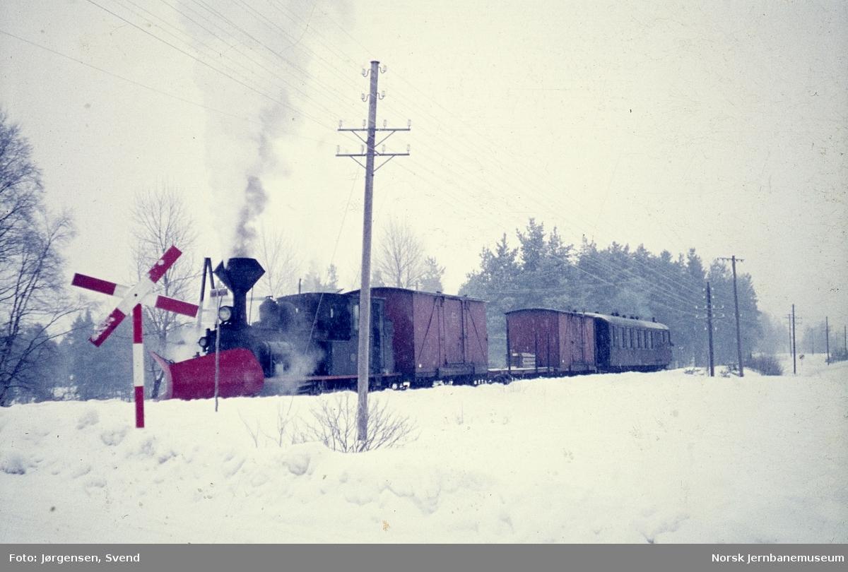 Damplokomotiv nr. 5 med godstog 5661 tar vann på Evje stasjon