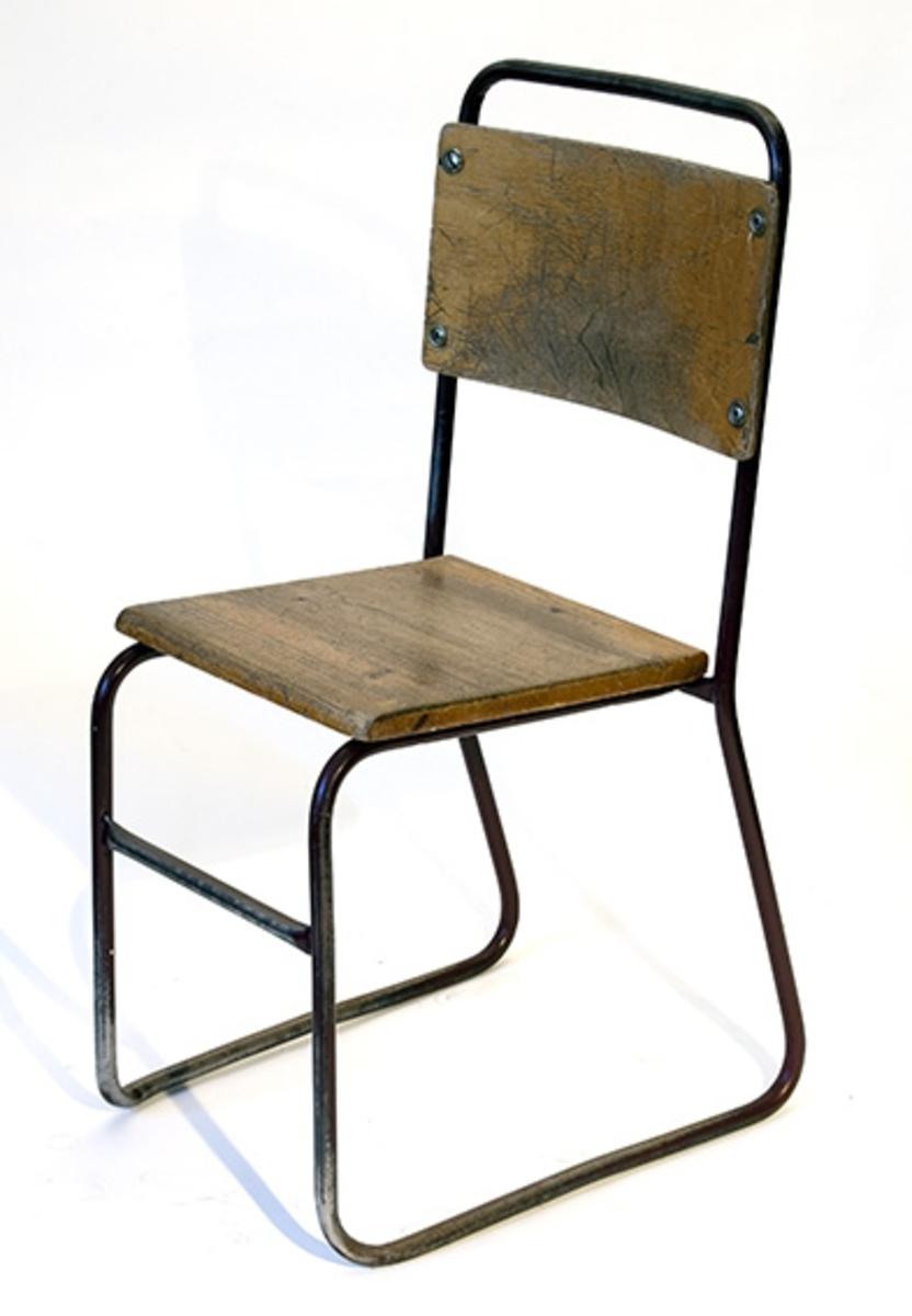 Elevpult fra Son skole. Pult for en elev, Pult og stol med fotbrett montert på to dragere.Antatt 1960-70.