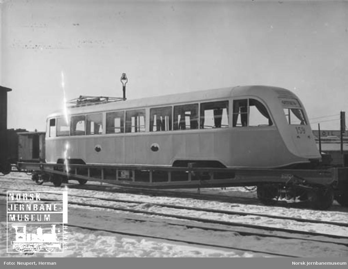 """Oslo Sporveiers sporvogn 159 (""""Gullfisk"""") opplastet på NSBs spesialvogn litra Ro nr. 20850"""