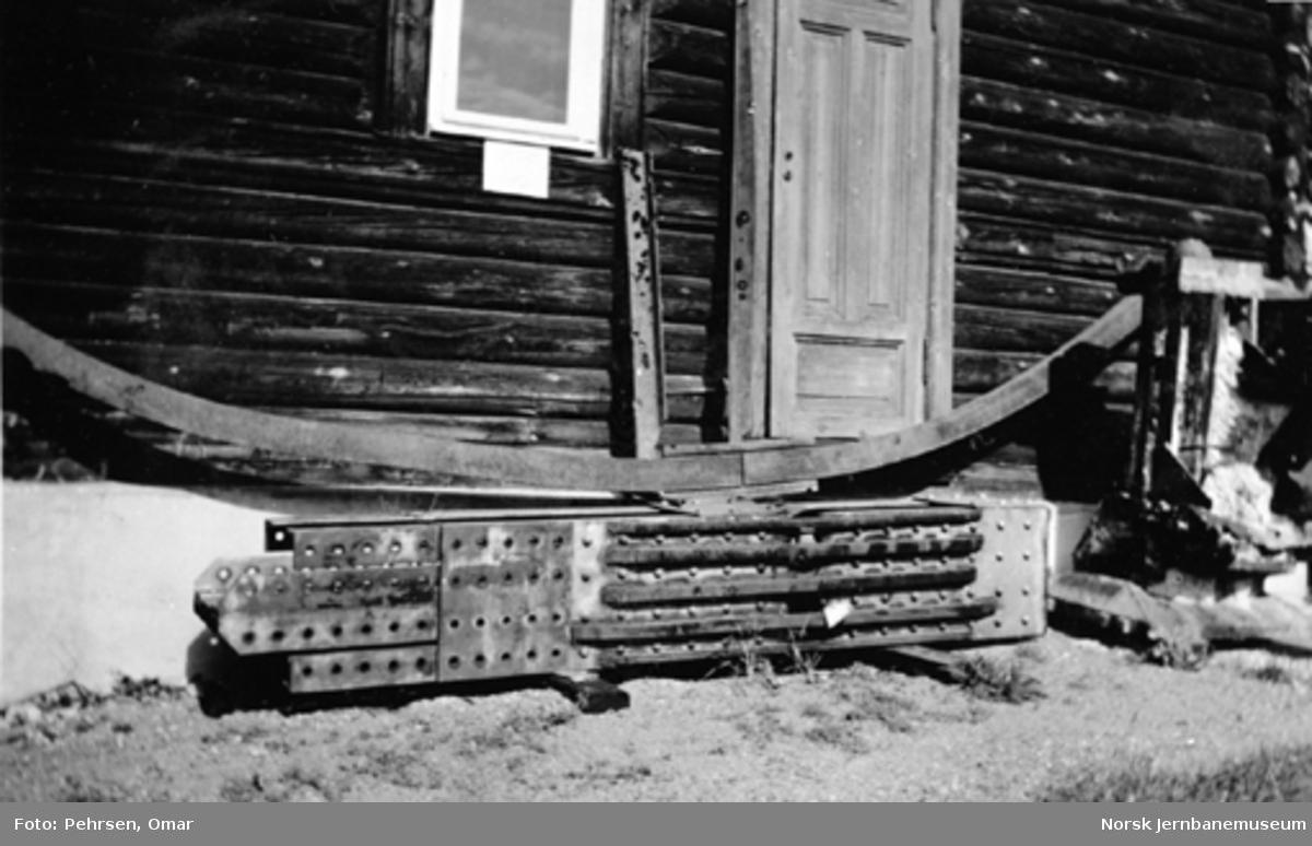 """Jernbanemuseet på Disen : """"Knutepunkt"""" fra brua over Vefsna ved Kvalfors og andre krigsskadde gjenstander"""