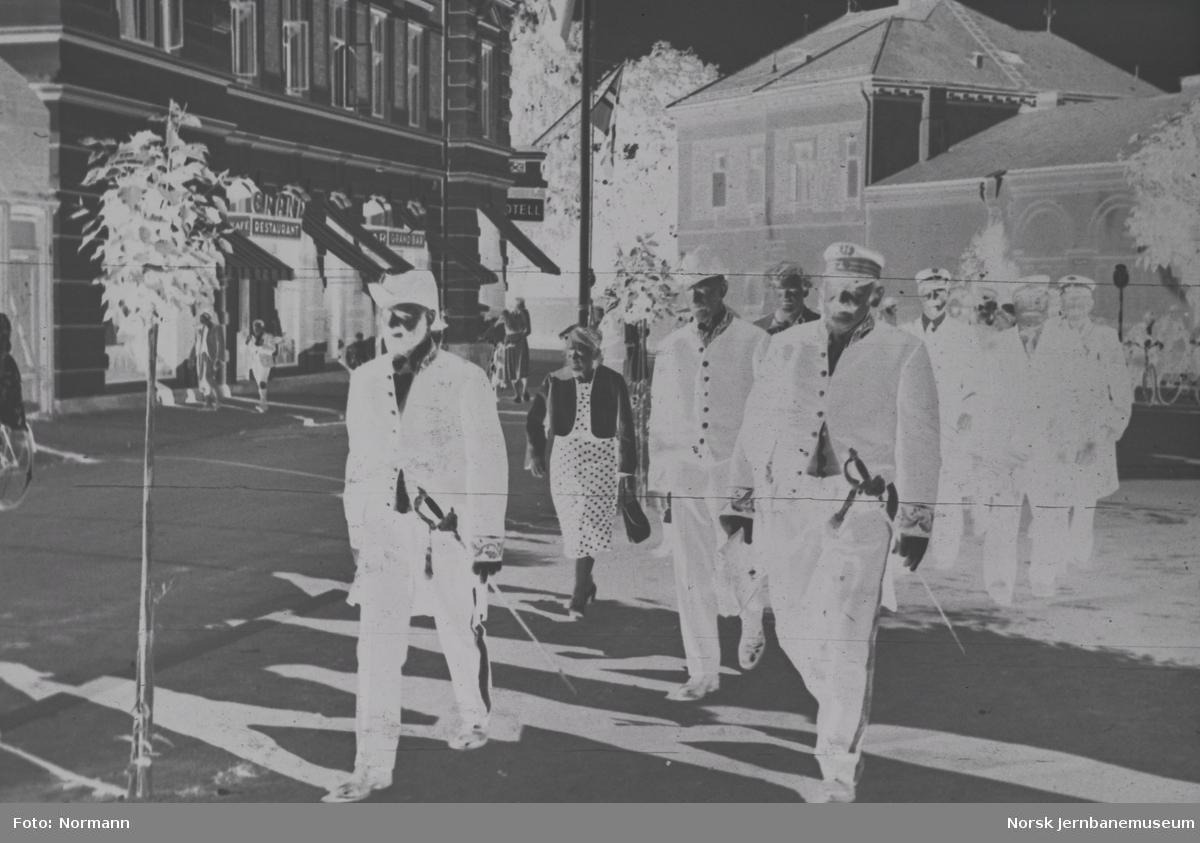 Tjenestemenn i gamle uniformer utenfor Grand Hotel