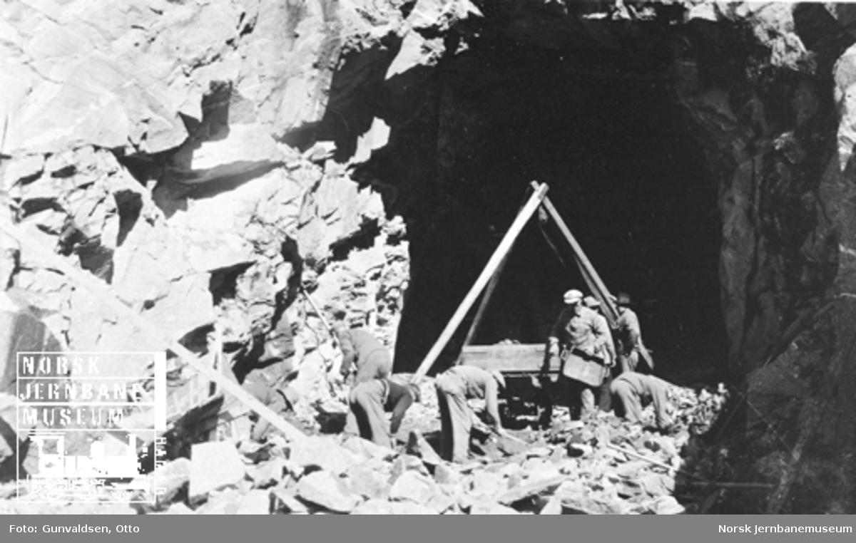 Åtte mann i arbeid i fjellskjæring på Flåmsbana