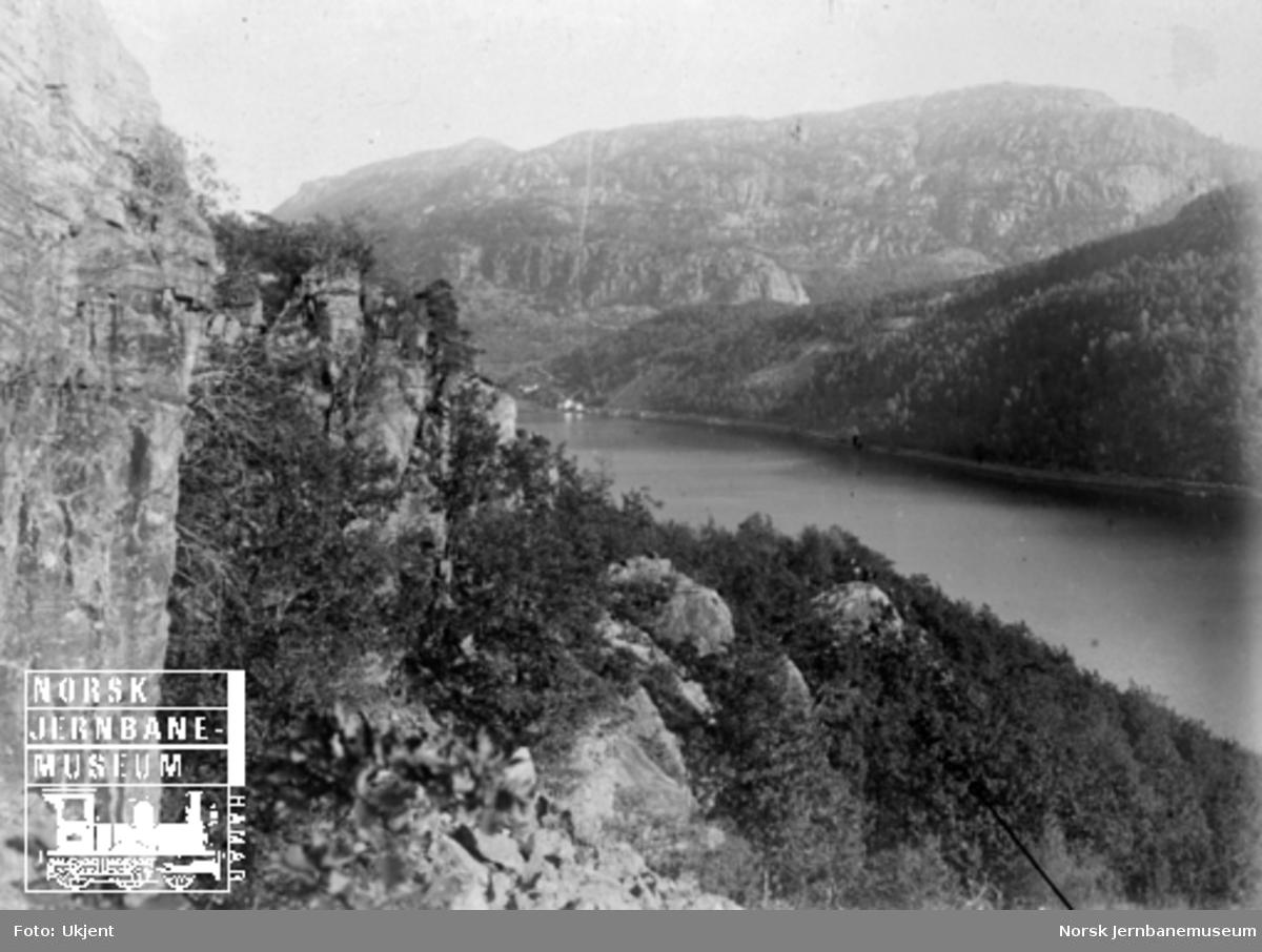 Fra Flekkefjordbanen før anlegget, parti fra Lafjellet mot Logavatnet; jernbanelinjen er inntegnet med svart tusj