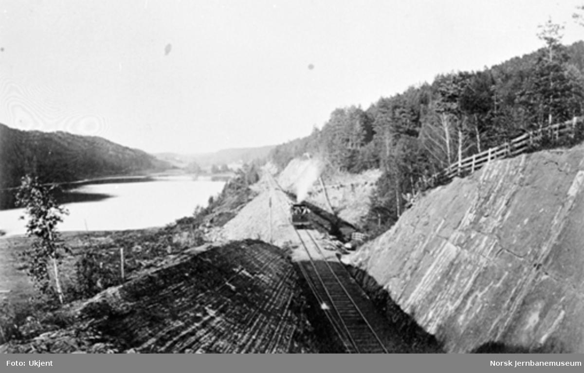Jernbanen langs Engervannet, km 12,60, lok av type III eller IV på sporet