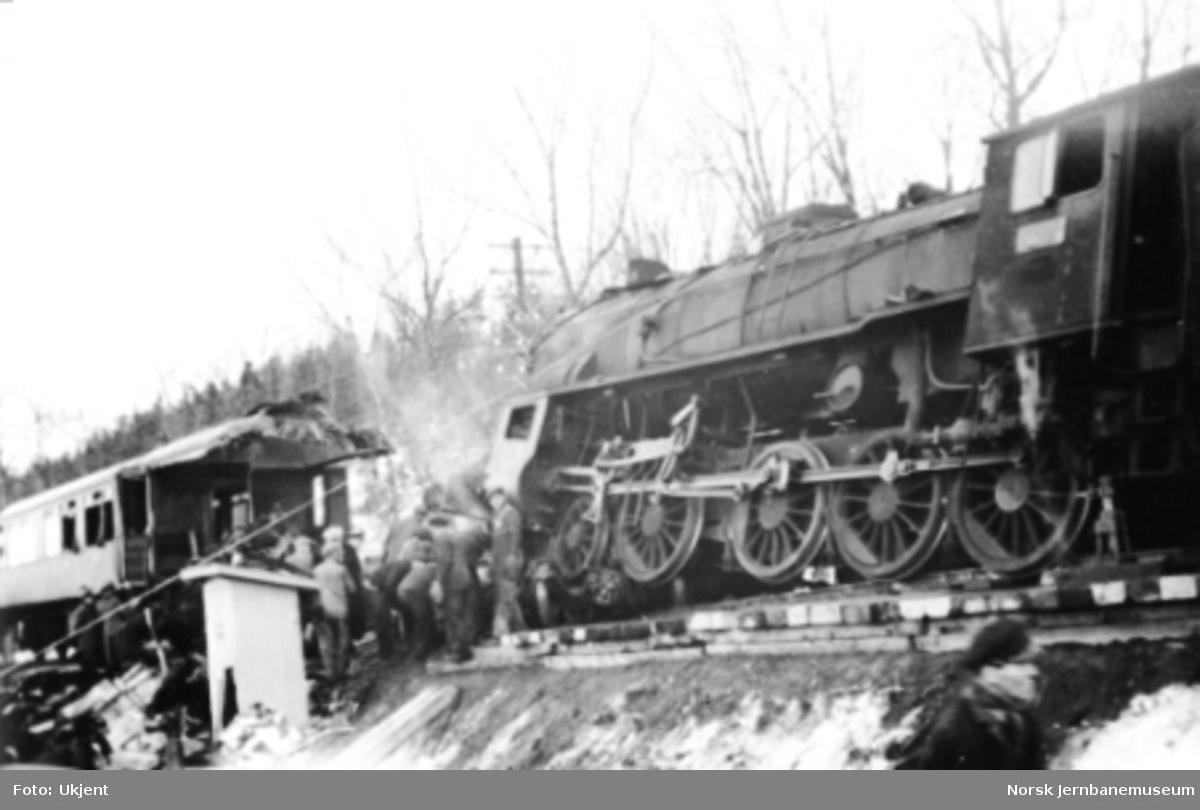 Jernbaneulykken ved Hommelvik : damplokomotiv nr. 419 og motorvogntoget bestående av Cmb type 15b nr. 18240 og CFo3a nr. 67 etter kollisjonen
