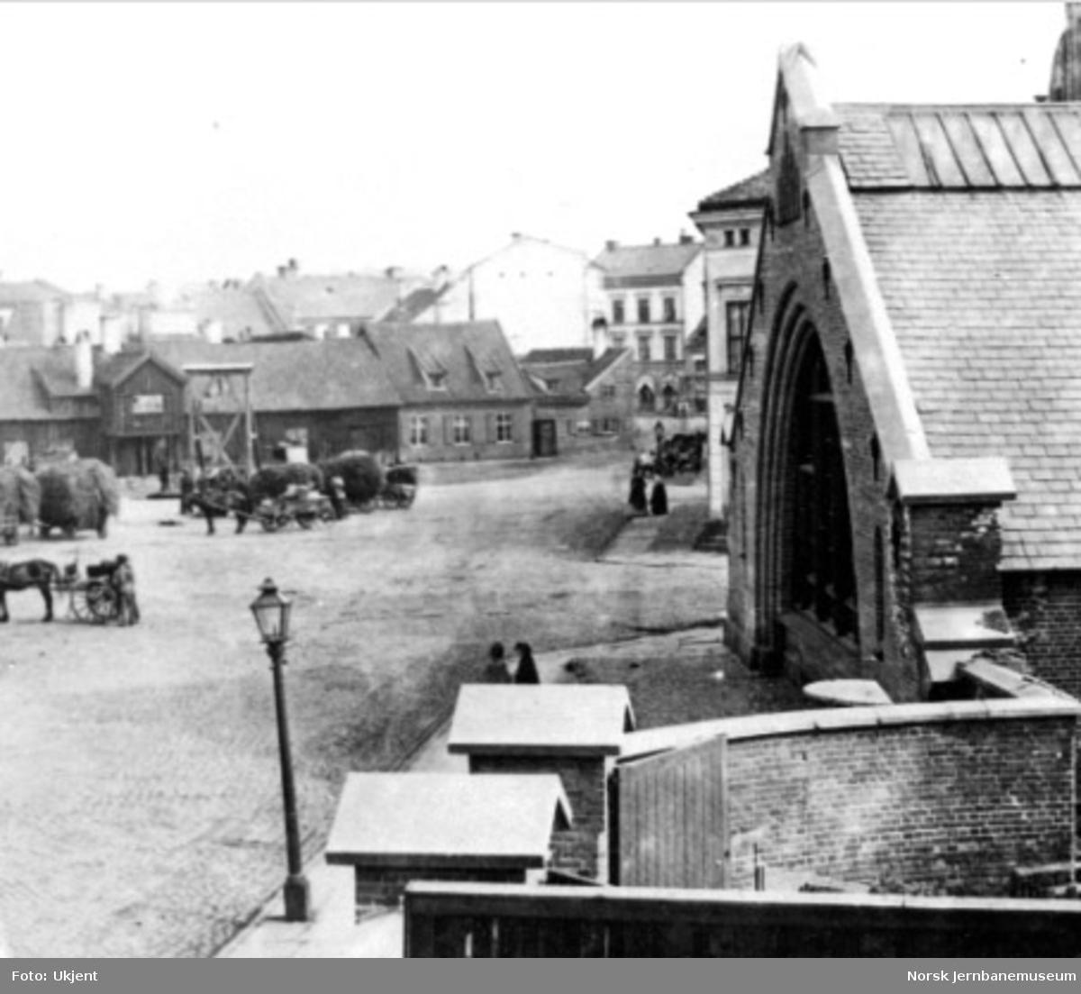 Jernbanetorget i Christiania med gavlen på bysiden av stasjonshallen i forgrunnen