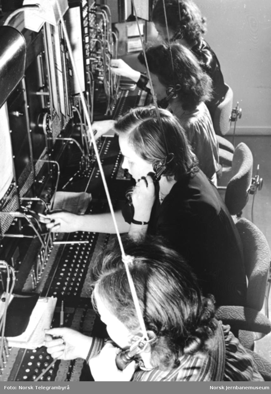 Fire damer betjener telefonsentralen på Oslo Østbanestasjon