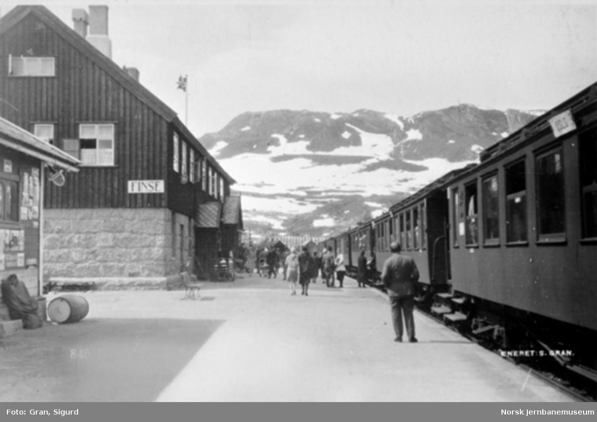Finse stasjon med østgående tog