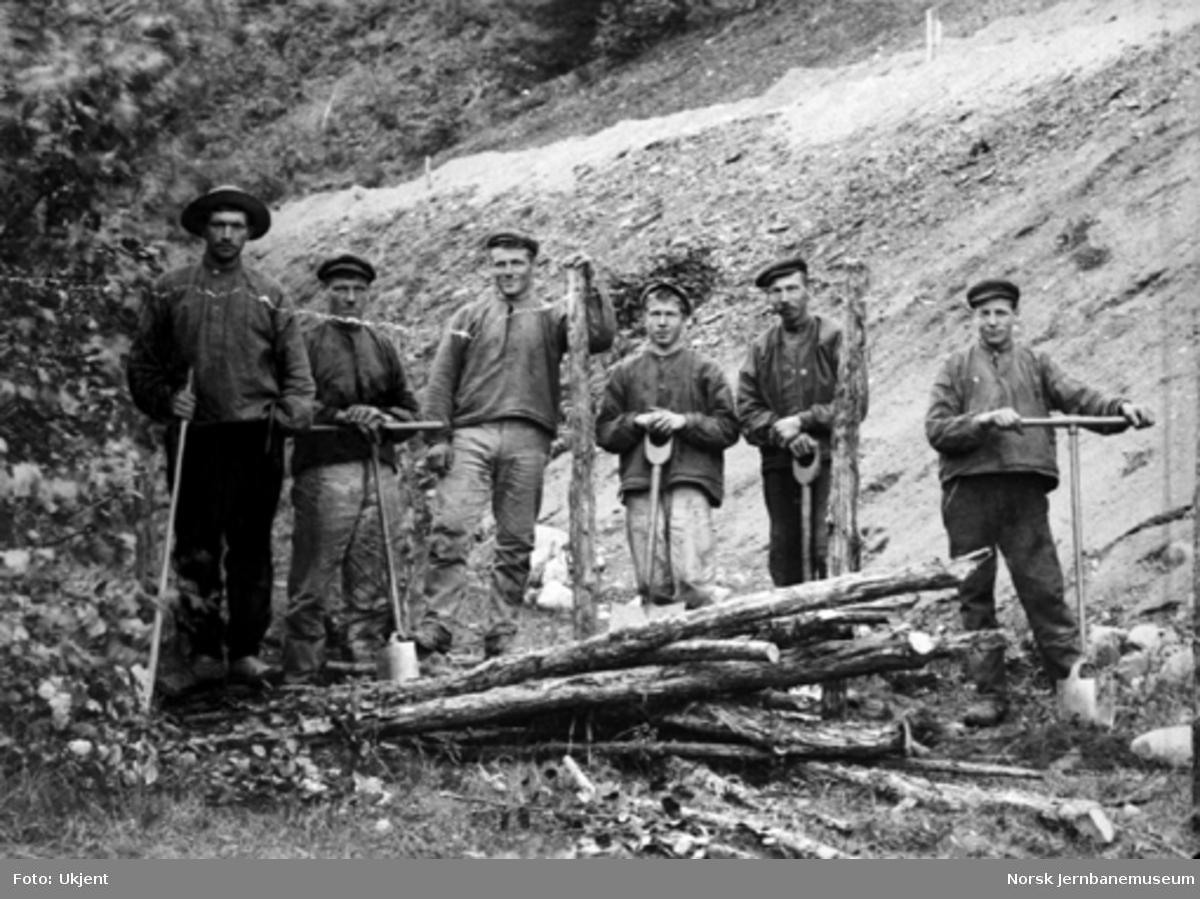 Gruppebilde av seks anleggsarbeidere på Roa - Hønefosslinjen ved Bråten i Viul