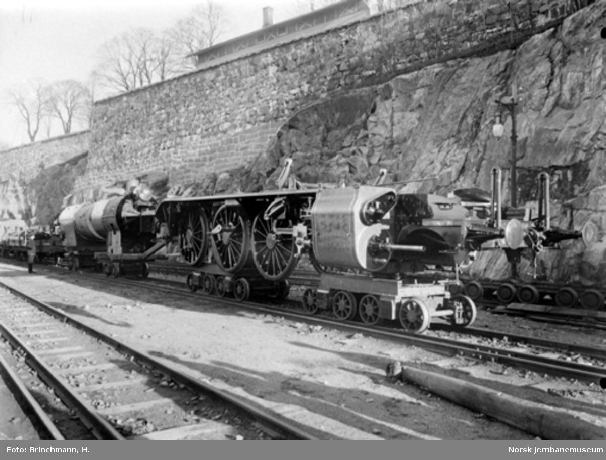 Understell og kjel til Hovedbanens damplok litra A på traller under transport på Havnebanen