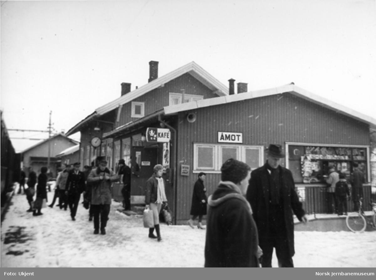 Åmot stasjon med persontog og reisende