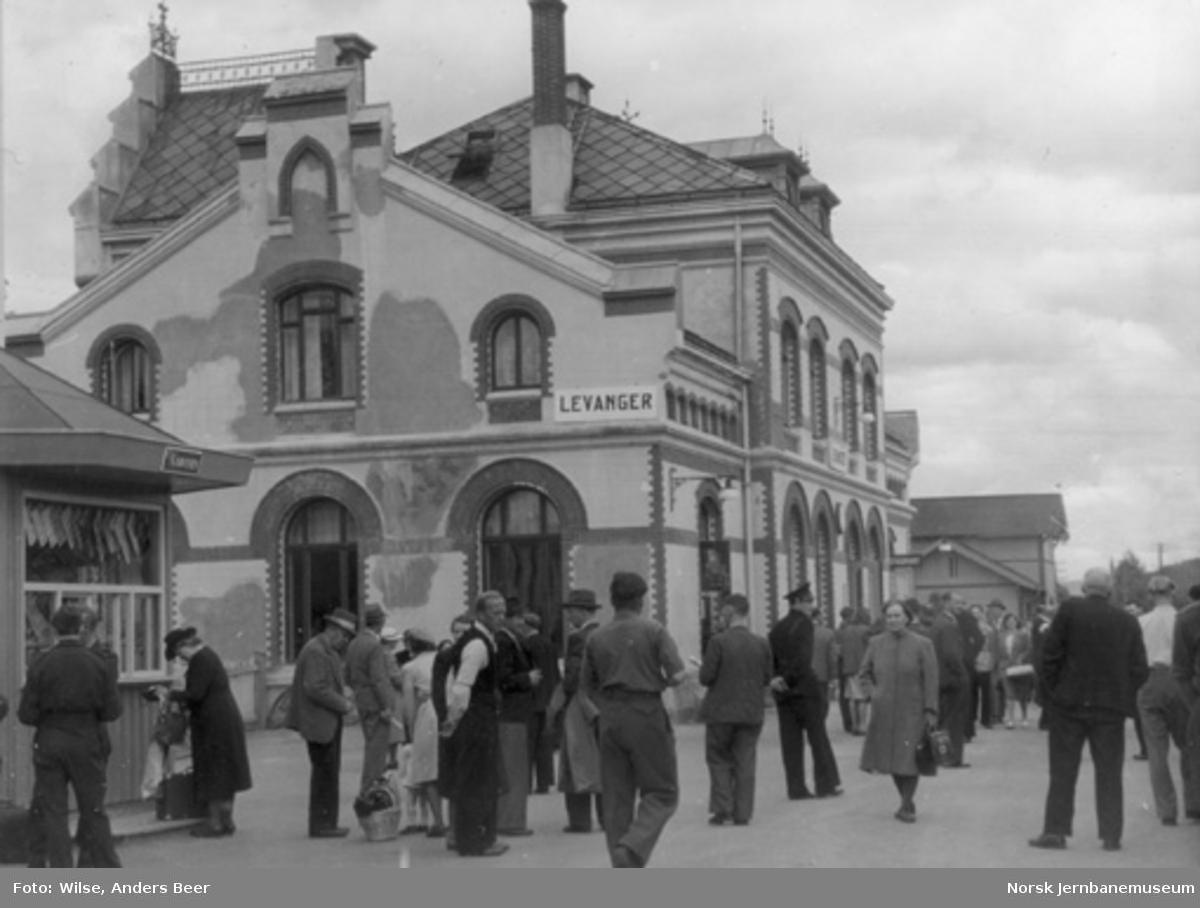 Levanger stasjon med reisende på plattformen