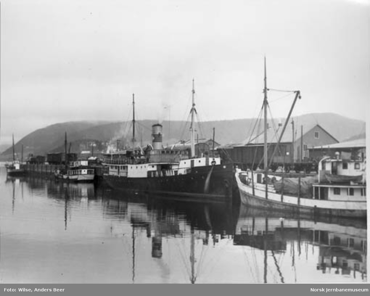 "Jernbanekaia i Mosjøen med dampbåten ""Bogøy"" fra Ofoten Dampskibsselskab"