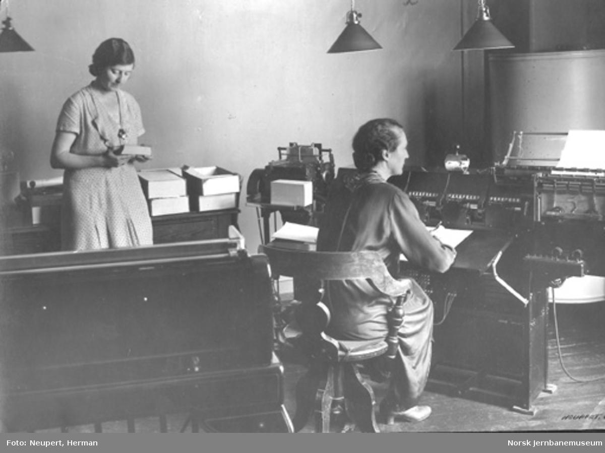 NSBs statistiske kontor med to kontordamer og en maskin av ukjent type