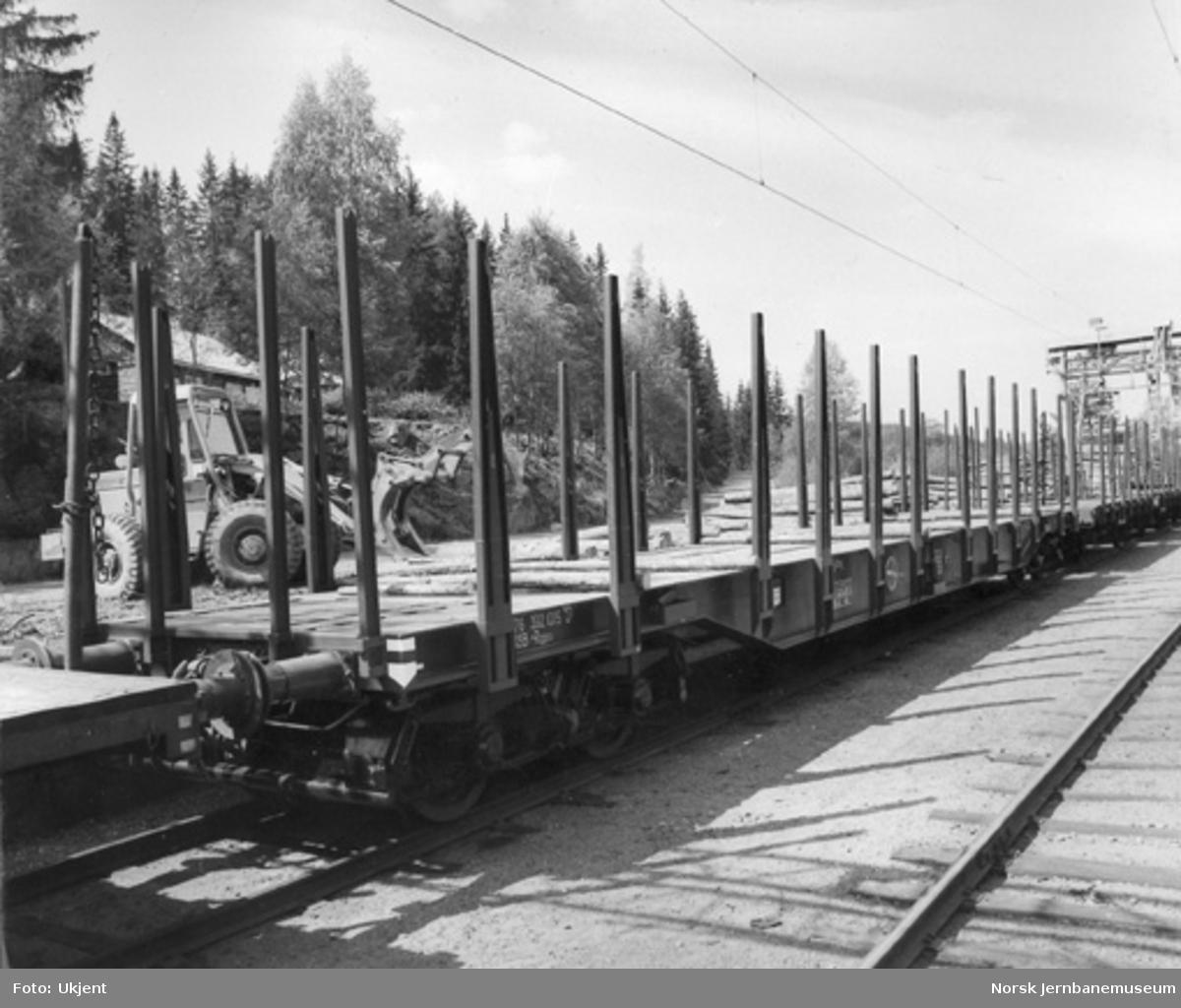 NSB boggiplattformvogn litra Rgps nr. 392 1015 ved godsrampa på Bjørgeseter stasjon