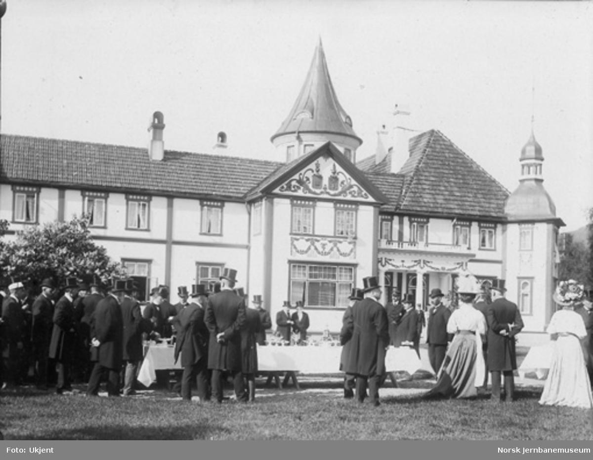 Hageselskap på Bårdshaug gård ved Thamshavnbanens åpning i 1908