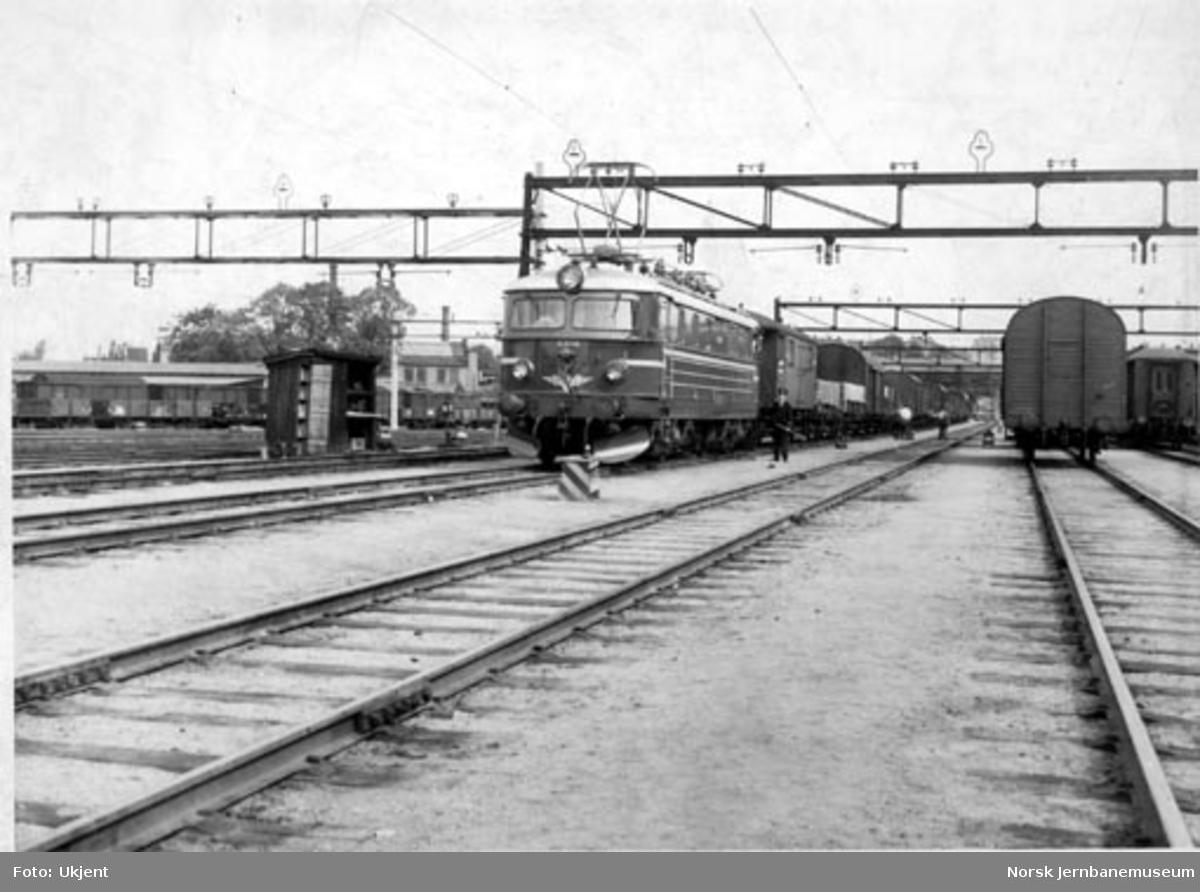 Elektrisk lokomotiv type El 11 nr. 2149 med godstog på Loenga