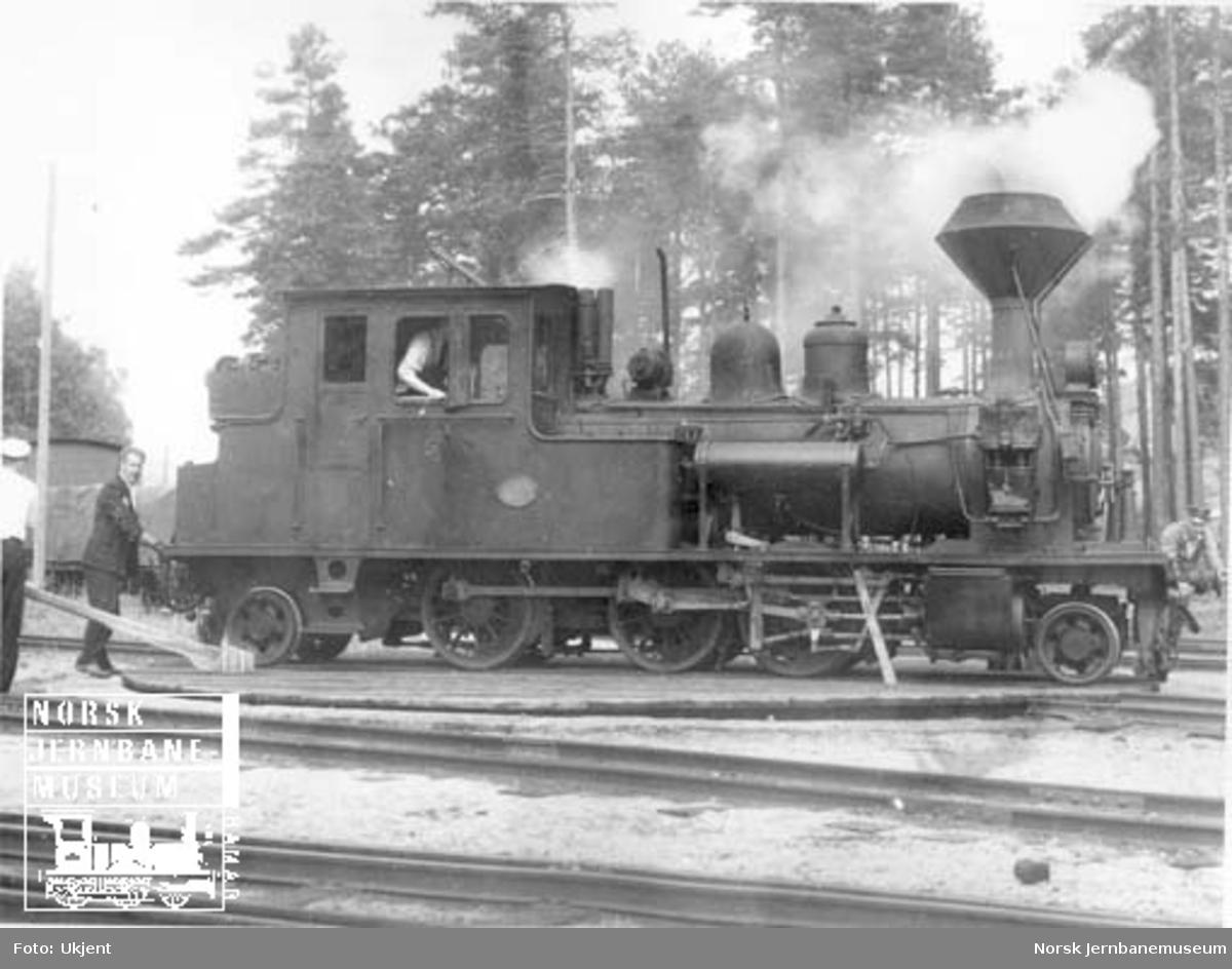 Setesdalsbanens damplokomotiv type XXI nr. 5 på svingskiven på Byglandsfjord stasjon