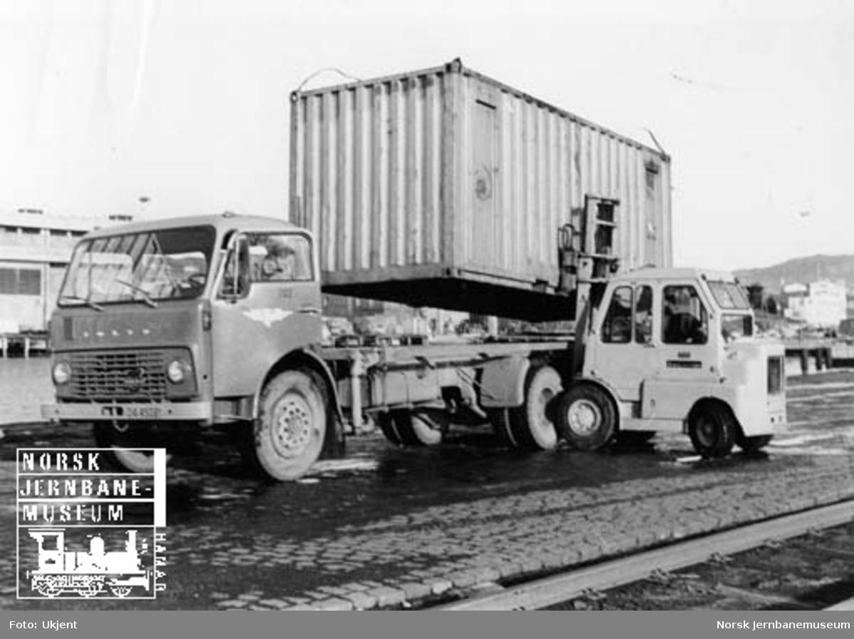 Løfting av container fra lastebil med gaffeltruck
