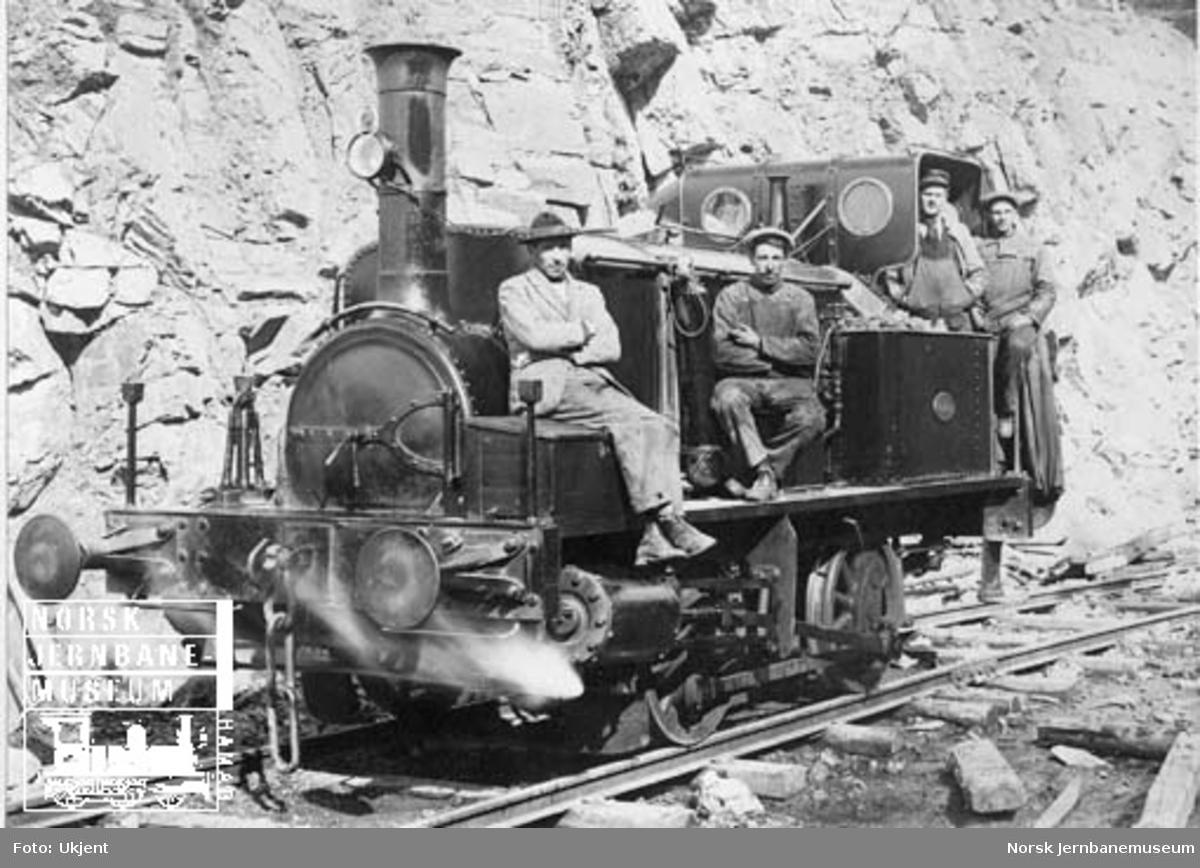 NHJ damplokomotiv litra D nr. 25 med anleggsarbeidere på Bærumsbanens anlegg