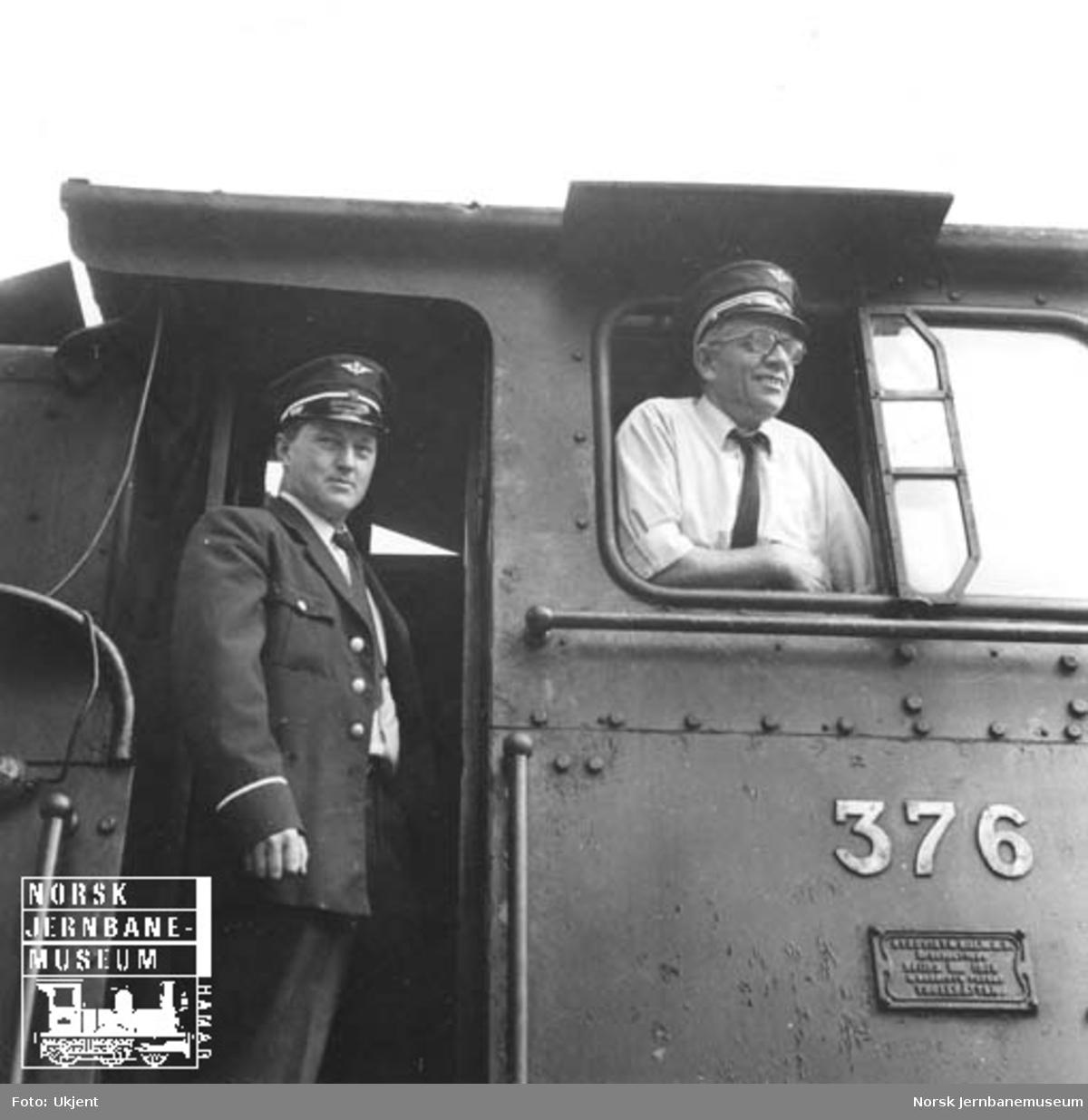 Lokomotivfører Rolf Rasmussen og lokførerassistent Odd Martinsen i hytta på damplokomotiv type 21c nr. 376