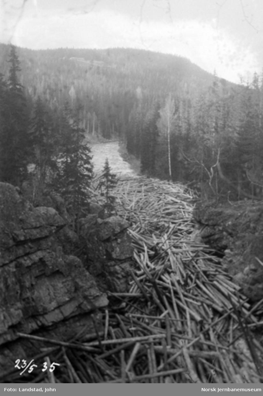 Tømmerslipping i Hovda elv, fastsittende tømmer nedenfor Sorknes