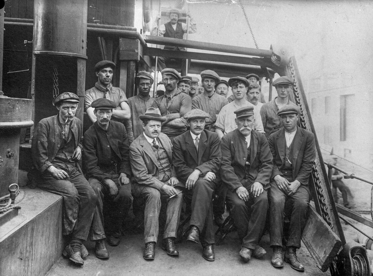 Ukjent mannskapsgruppe ombord på skip.