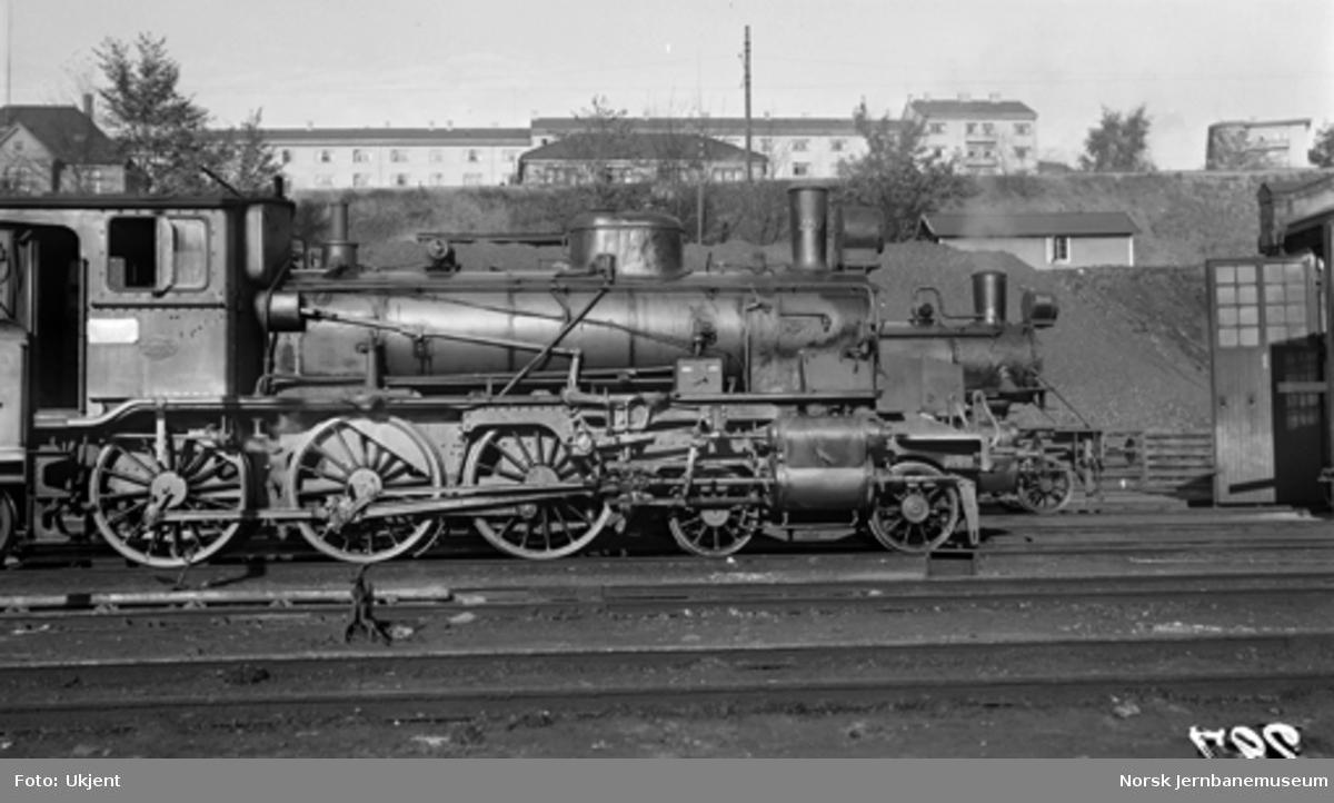 Damplokomotiv type 27a nr. 297 i Lodalen, fronten av type 34a nr. 328 synes i bakgrunnen