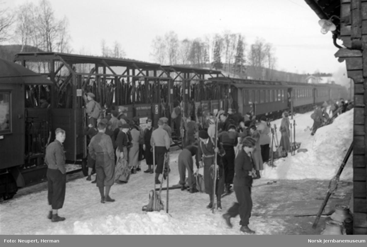 Skiturister går på toget, trolig på Kjelsås stasjon