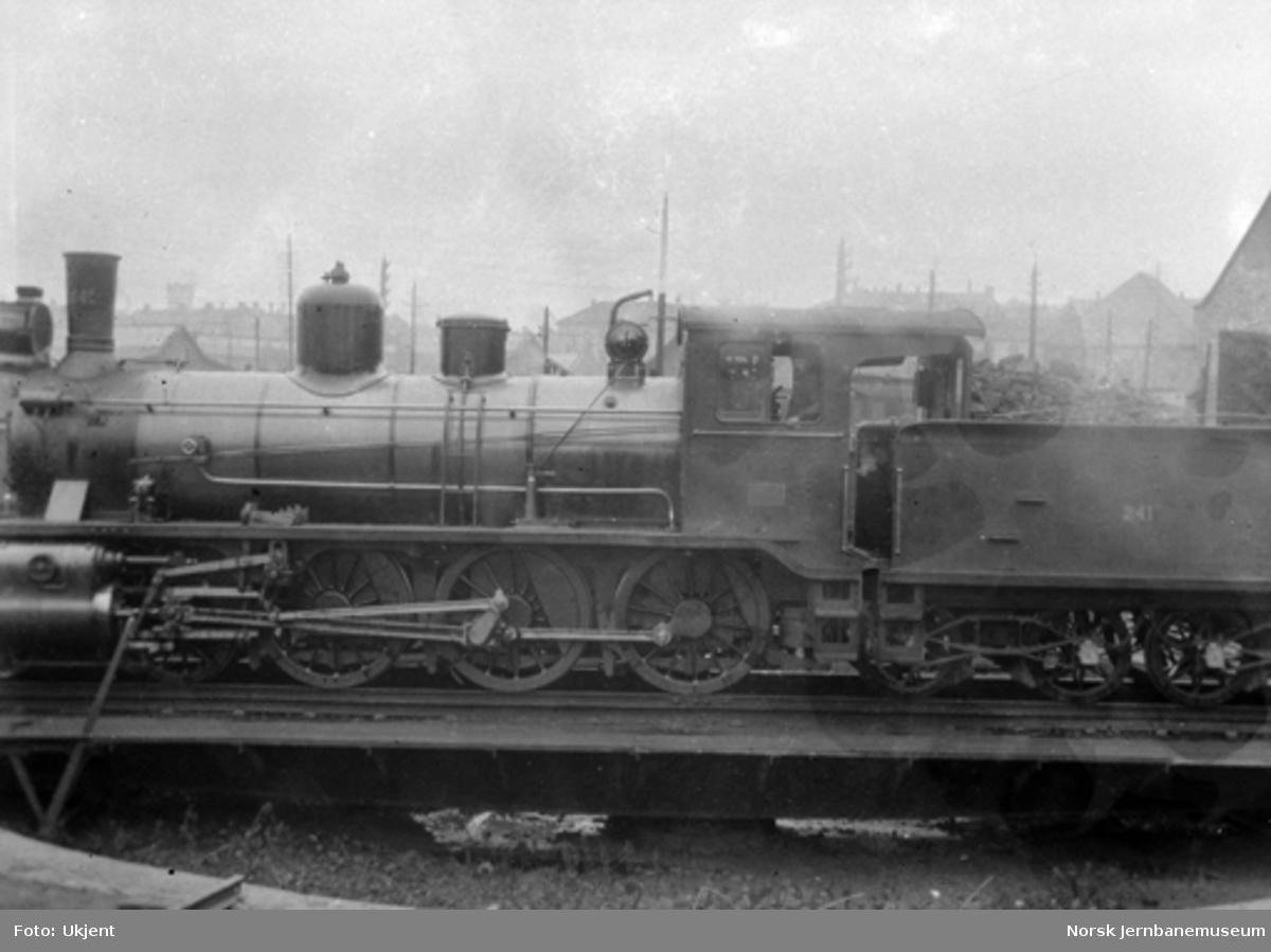Damplokomotiv type 18c nr. 241 på svingskiven