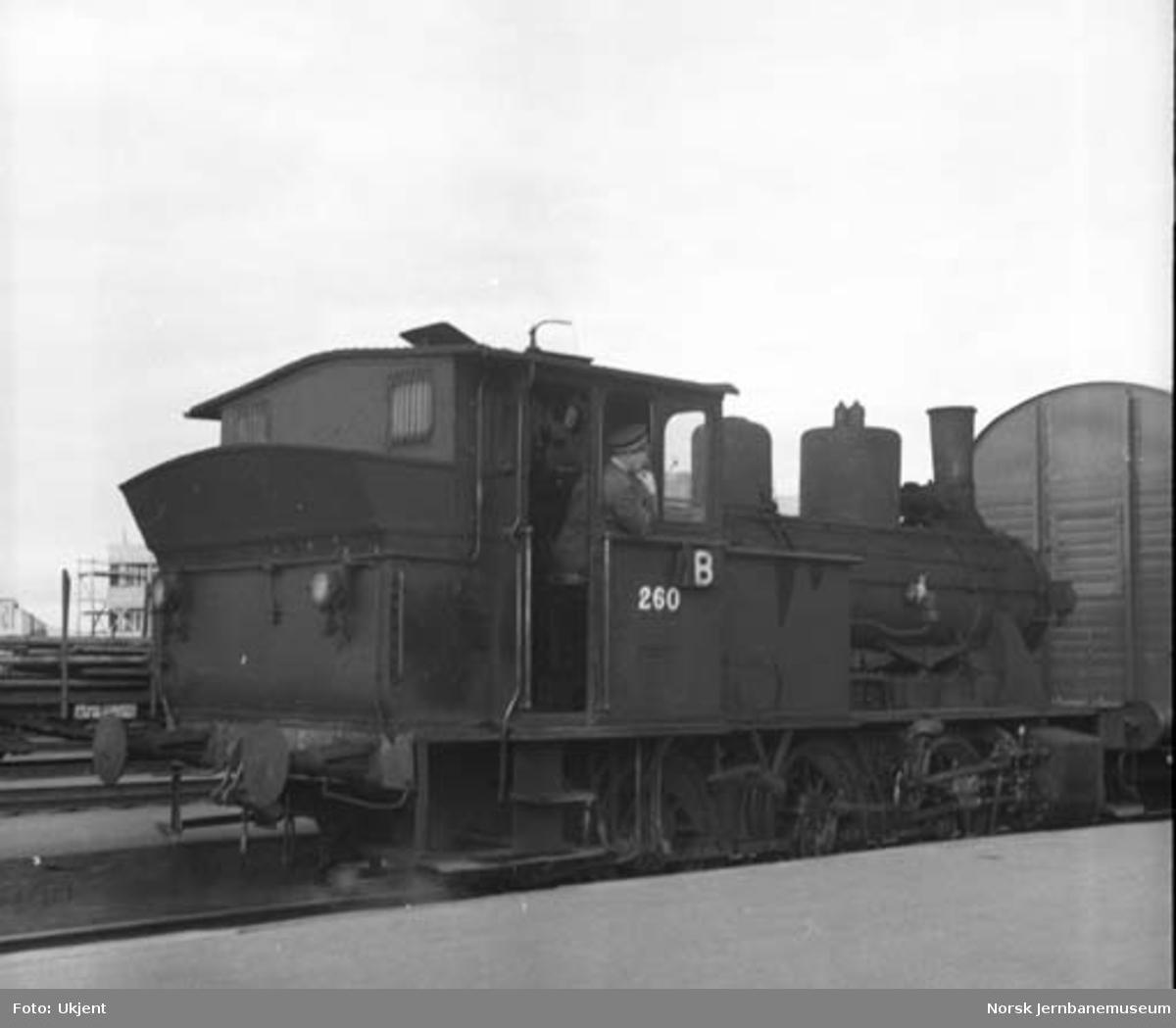 Damplokomotiv type 25a nr. 260 på Trondheim stasjon