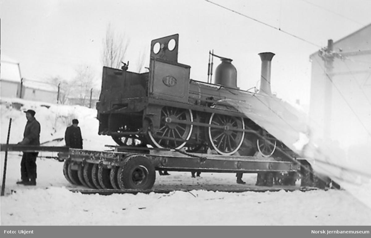 Transport av lok nr. 16 til jubileumsutstillingen i Oslo; opplastet på henger øst for fraktgodsavdelingen på Hamar stasjon