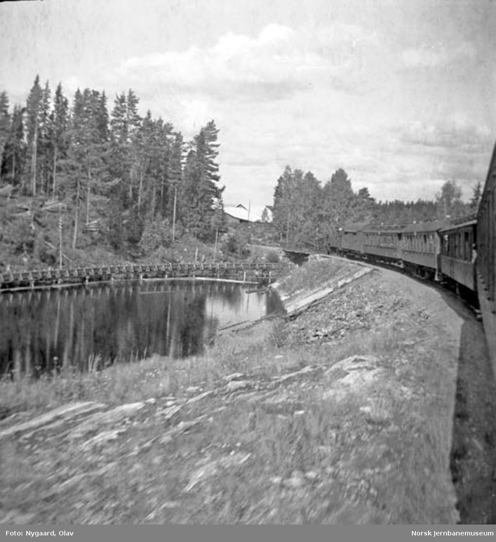 Tog på Valdresbanen; fotografert fra vogn i toget