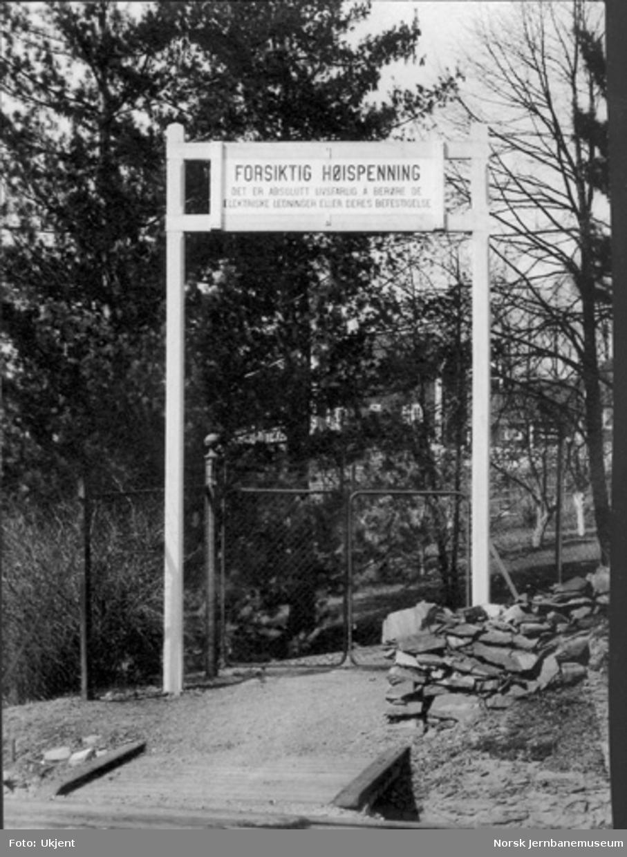 """Advarselsportal ved gangvei vest for Høvik: """"Forsiktig høispenning ... """""""