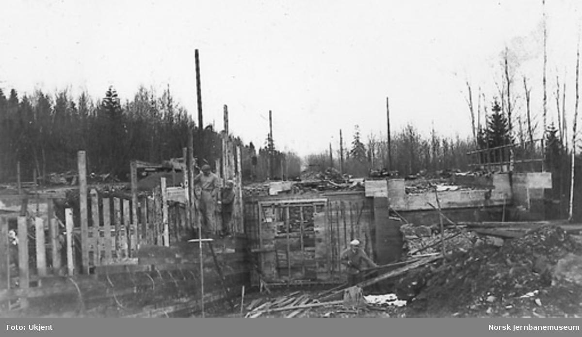 Muring av undergang, trolig ved Vakås holdeplass, på dobbeltsporanlegget Sandvika-Asker